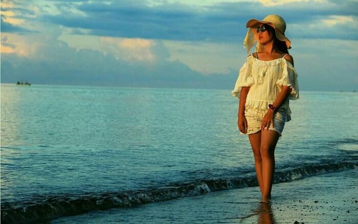 pemandangan senja yang indah di kaki tebing pantai tebing