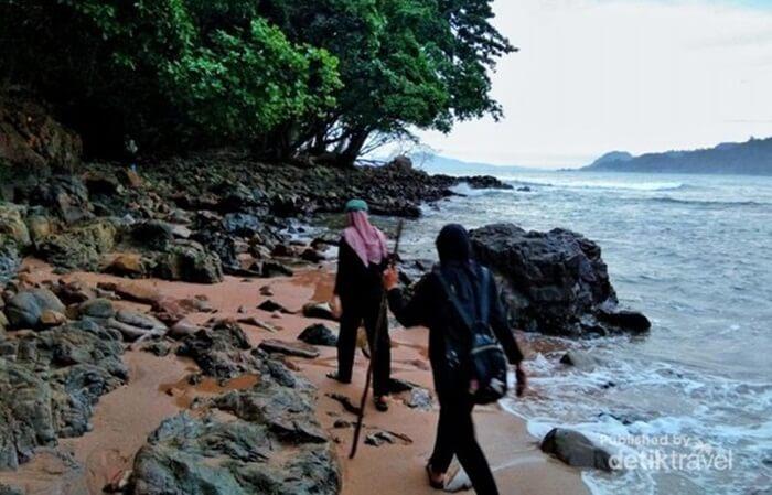 Pantai gigi hiu masih sepi, munkgin karena medan yang harus jalan kaki