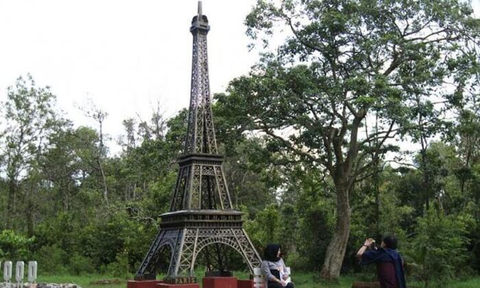Salah satu spot foto di punti kayu, yang menghadirkan berbagai landmark dunia