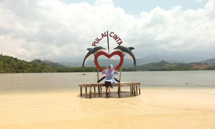 spot iconik pulau cinta pantai dewi Mandapa