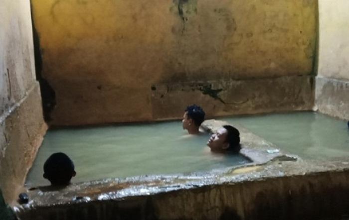 sumber air panas ciracas, lokasi pemandian air panas yang masih dikelola seadanya