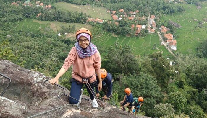 Pendakian tangga besi via ferrata di desa sajuta batu