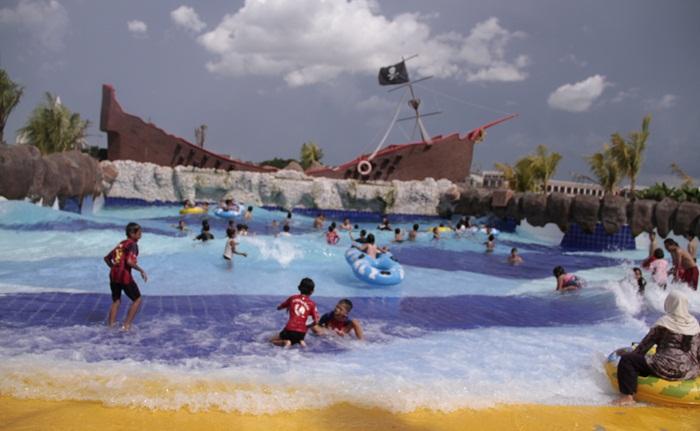 wave pool, salah satu wahana pavorit di Citra Raya Water World, dengan sensasi pantai yang begitu nyata