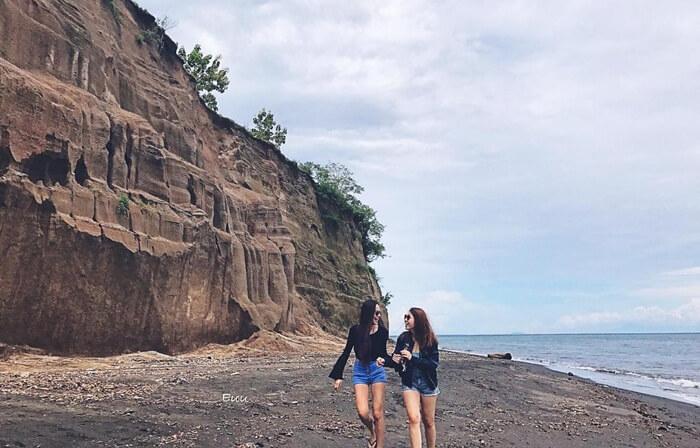 tidka hanya cantik untuk foto sendiri, foto bersama kawan juga cantik di pantai tebing lombok