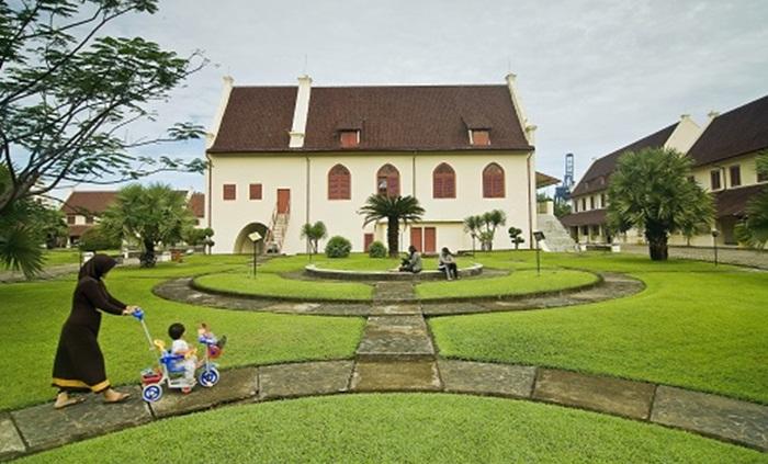 wisata keluarga di fort rotterdam menjadipilihan tepat. tempat yang luas dengan taman yang asri