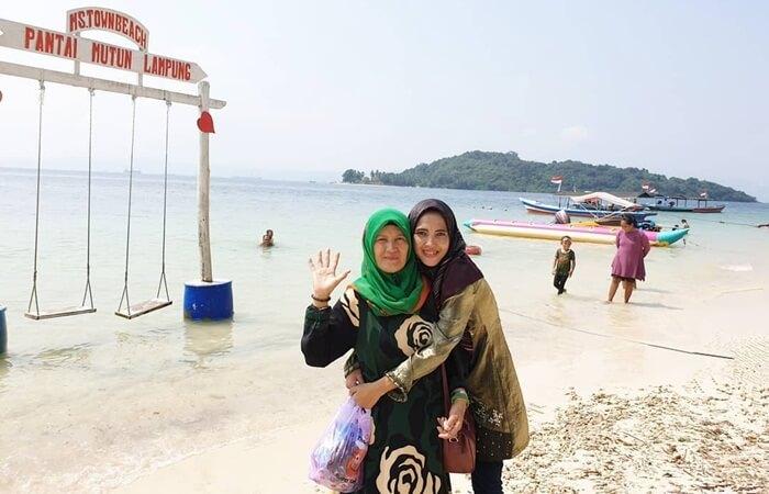 wisata keluarga cocok di pantai mutun yang memangs esuai untuk segala segmen usia