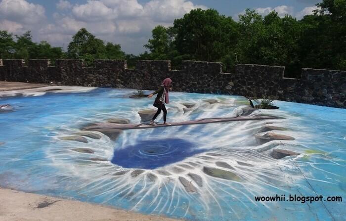 lukisan lantai 3D di The Lost World Canstle menjadi daya tarik tersendiri bagi pengunjung, terutama untuk spot pengambilan foto