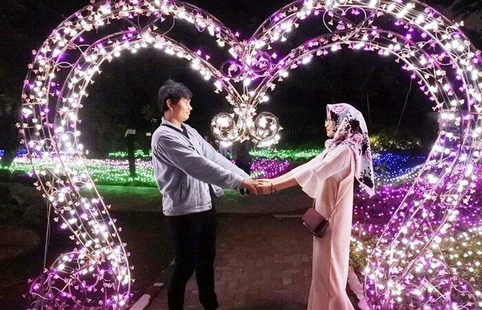 spot hati memebrikan kesans angat romantis pada foto berdua di taman pelangi jogja