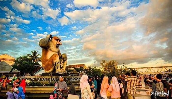 Patung Bekantan raksasa lambang provinsi Klaimantan Selatan di pasang di salah satu sudut pantai jodoh