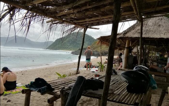 Gazebo Pantao Semeti dengan atap nipah alami, berserak di tepai pantai untuk tempat istirahat meupun duduk menikmati pemandangan pantai