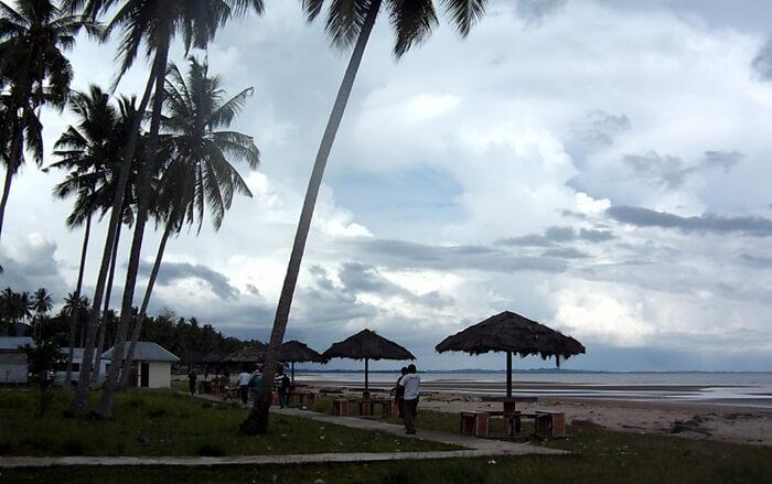 Gazebo pantai di pantai sekerat disediakan untuk kenyamanan pengunjung