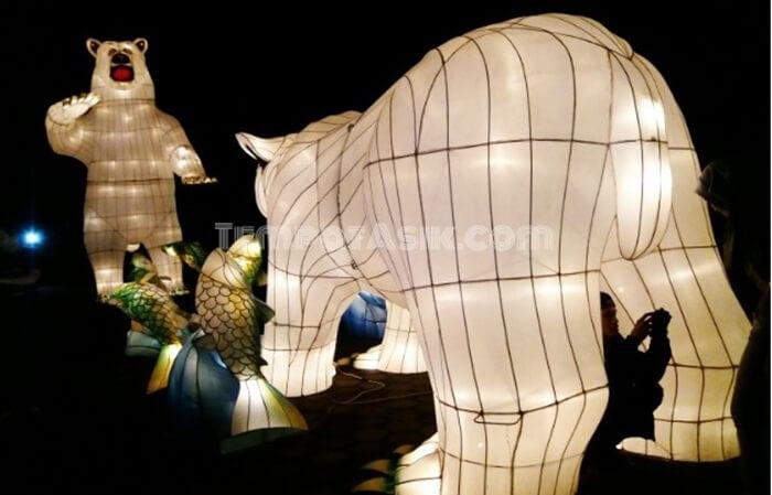 Lampion berbentuk karakter binatang beruang kutub di taman pelangi jogja