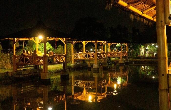 Makan di saung atas kolam dan pemandangan yang indah
