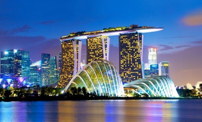 Marina Bay Sands gedung megah iconik yang enajdi pusat tujuan wisata di singapura.