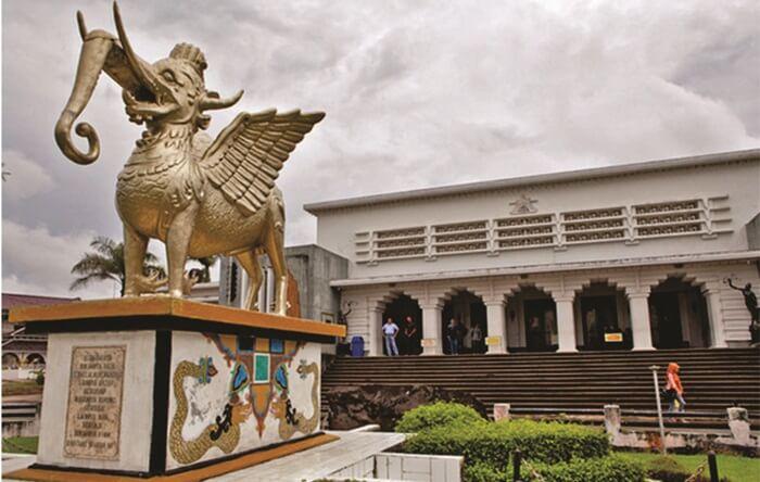 Museum mulawarman, lokasi wisata di kutai kartanegara yang memeilki 5000 lebih benda bersejarah, menjadikannya salah satu museum terlengkap di Indonesia