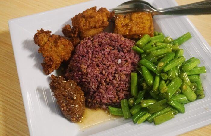 nasi kuliner bandung berwarna gelap dari olahan bahan bahan alami tradisional.
