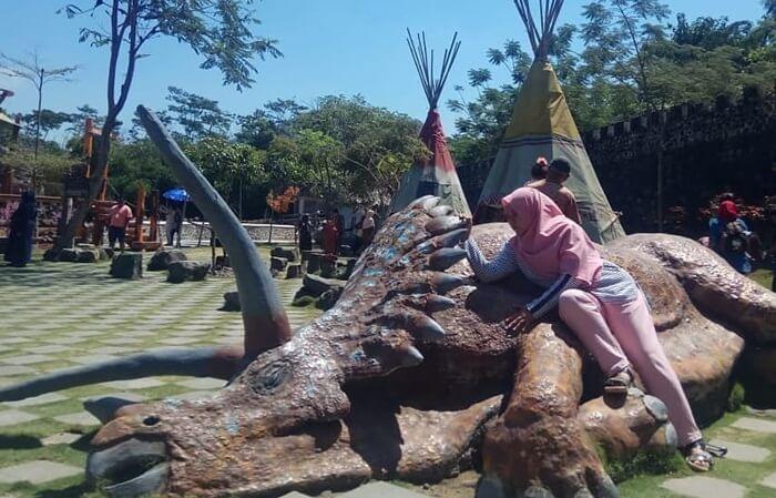 Patung dinosaurus di halaman The Lost World castle dibnagund negan artistik dan menyatu dengan lingkungan