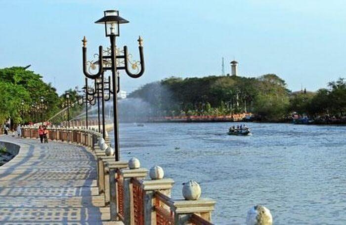 Walau namanya pantai Jodoh, tempat ini sama sekali tidak ada hubungan dengan laut. Pantai disini mengacu pada tepian, dan di sini maksudnya adalah tepian air di sungai Martapura