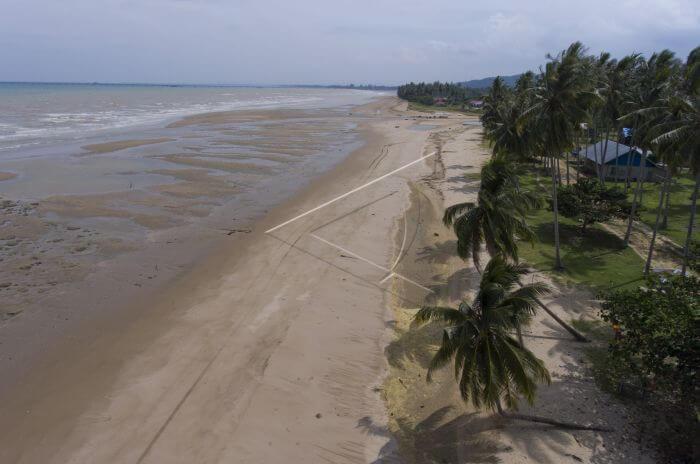 Pantai Sekerat, pantai yang indahd engan nyiur melambai di tepiannya