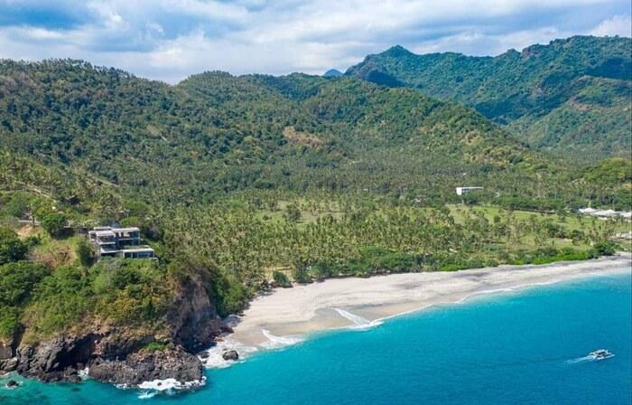 Secara keseluruhan Pantai Setangi menawan dengan kombinasi pasir, tebing, dan perkebunan menghijau di kaki bukit