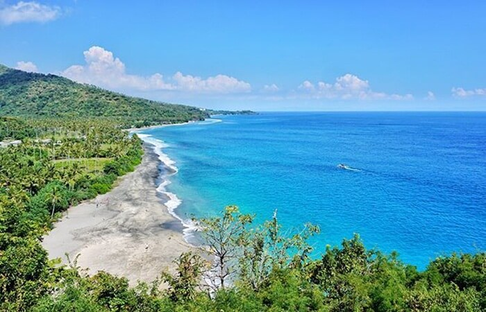 Pantai Setangi lombok memiliki gharis pantai yang panjang dan air laut biru yang jernih