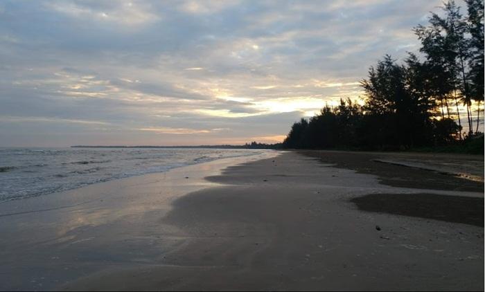 Pantai Ambalat Samboja loaksi wisata di kutai kartanegara yang menghadirkan suasana pantais ejuk dengan rimbun pohon pinus.