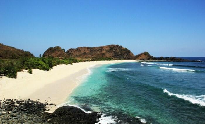 Pantai semeti memiliki pasir merica yang cukup luas