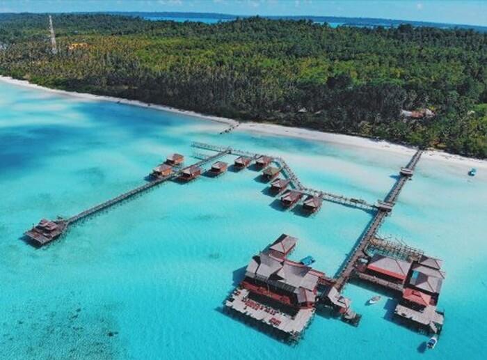 Pulau Maratua, Sebuah pulau kecil yang berada di selatan pulau tarakan dan berada di lautan sulawesi.