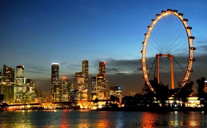 Singapore Flyer salah satu bianglala terbesar di dunia yang menjadi tempat wisata di singapura yang populer dan wajib dikunjungi