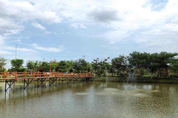 Taman Bunga Rozelin yang dibnagun bersebelahandnegan kantor bupati jugamenjadi salah satu lokasi wisata di penajam paser utara.