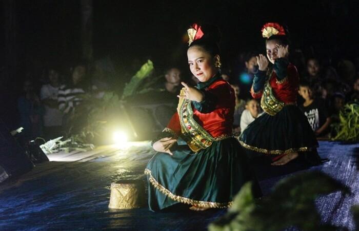 adat lawas atau tradisi lama masih dipegang tegus dan dipraktekkan oleh penduduk sekitar air terjun kedang ipil