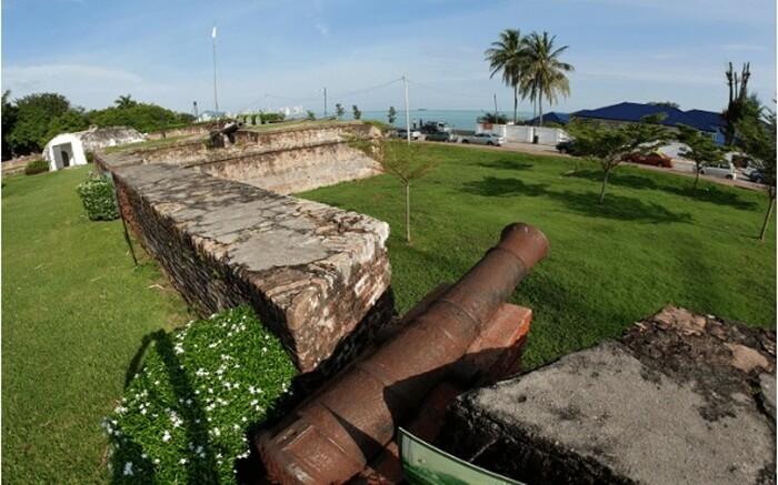 benteng tua salah satu tempat wisata di penang yang ada di atas bukit