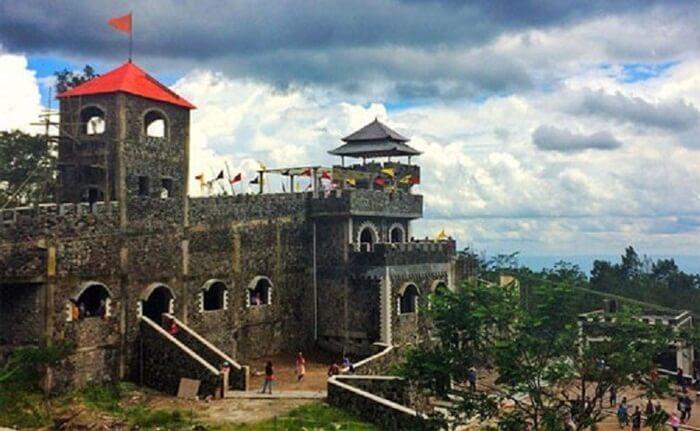 bangunan bagian depan the lost world cantle dibuat mirip benteng eropa abad pertengahan, yang di Indonesia populer melalui game show benteng takeshi