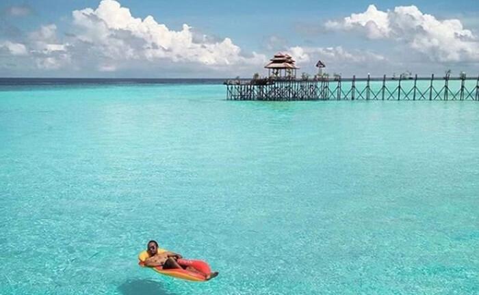bersantai di pulau maratua cocok dilakukan karena perairan yang bening dan tenang