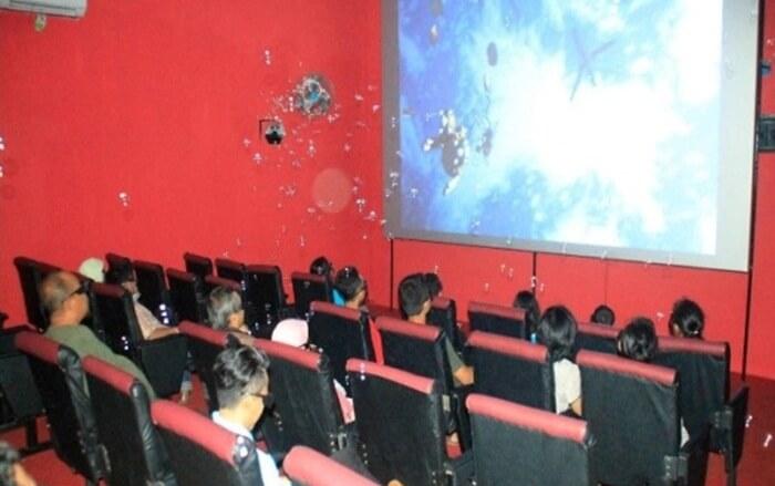 bioskop 4D gumul paradise island memebrikan pengalaman real dalam 10 menit penayangannya