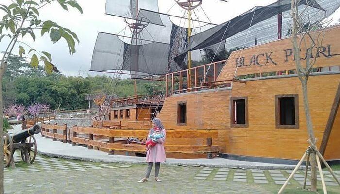 Kapal black Pearl dihadirkan sebagai salah satu spot di the lost world castle