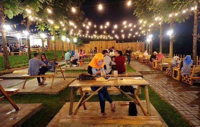 Bukit Delight, sebuah lokasi kuliner malang yang mengajak makan di bawah romantisnya cahaya temaram di perbukitan