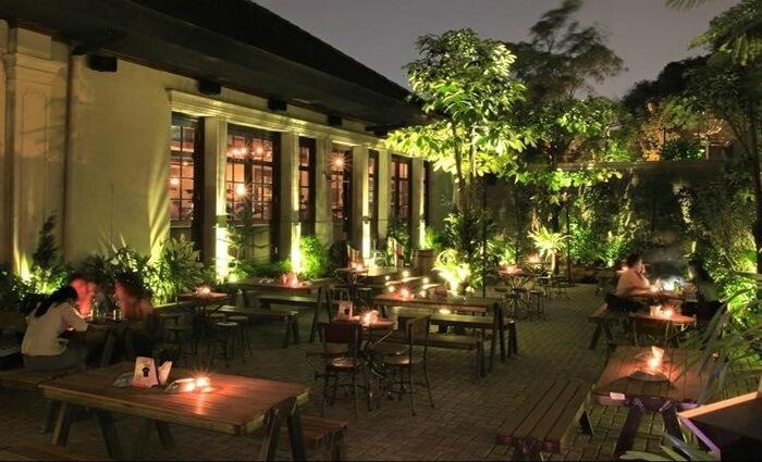 camden, lokasi kuliner jakarta yangmenampilkan suasana bar inggris yang santai dan penuh rasa persahabatan