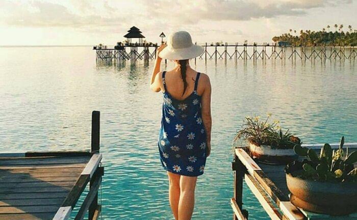 dermaga ikonik pulau maratus, yang juga menjadi jalan untuk menuju resort terapung di sekitar pantai