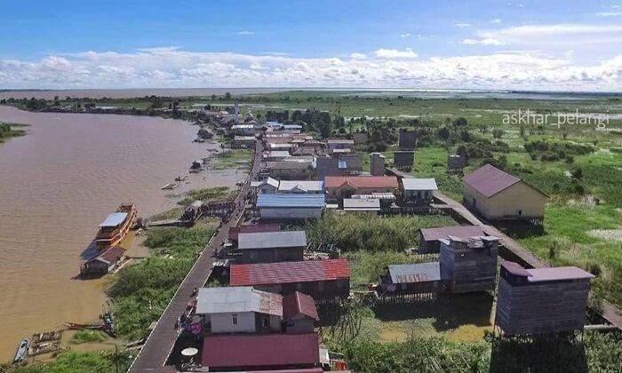 perkampungan nelayan desa pela di tepi danau yang sekaligus menjadi pusat kegiatan wsiata di danau semayang