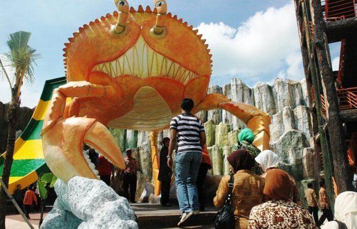 dicaplok Kepiting di Gumul Paradise Island. Salah satu icon taman berupa patung kepiting raksasa