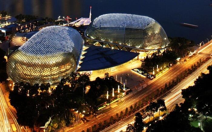 esplanade tempat wisata di singapura yang menajdi salah satu tater kesenian tersibuk di dunia