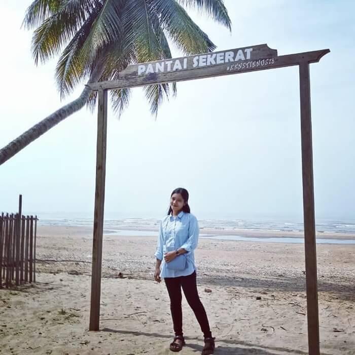 gerbang laut, salah satu spot foto di pantai sekerat
