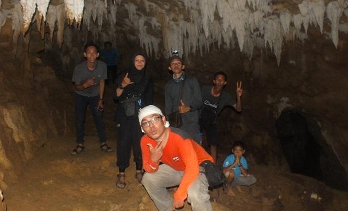 goa batu gelap, lokasi wisata di kutai kartanegara yang menghadirkan pengalaman mendebarkanmenyusuri goa sepanjang 200 meter lebih