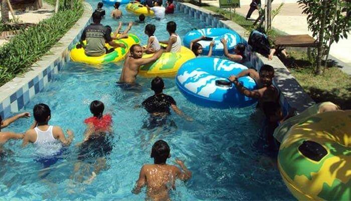 hanyut rame rame di kolam arus Gumul Paradise Island Kediri