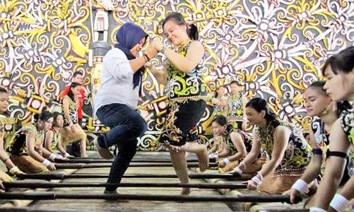 pengunjung bisa ikut aktif menarikan tarian tradsional dayak di desa budaya pampang