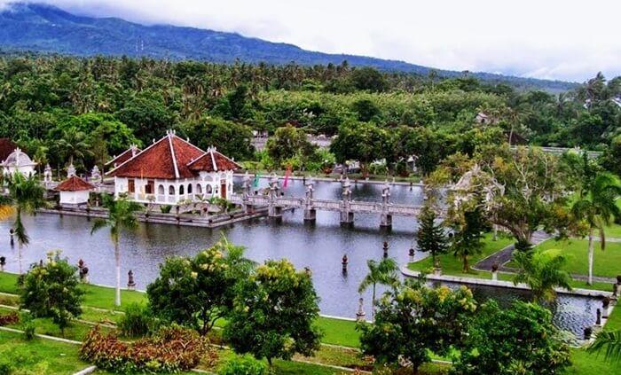 istana peritirahatan raja di taman ujung sukasada terletak di tengah kolam utara