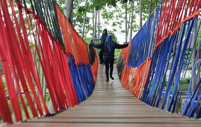 jembatan bukit dhoho indah satu dari wahana outbound ang bsia dinikmati pengunjung dewasa