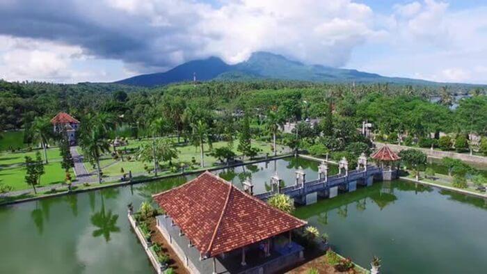 KOlam Seltana taman ujung sukasada yang berisikan bale kambang, konon lokasi persidangan dan rapat kerajaan