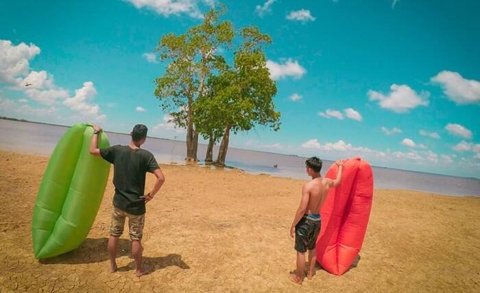 lazy bag, salah satu fasilitas wisata di danau semayang yang bsia digunakan untuk bersantai menikmati danau sambil mengapung
